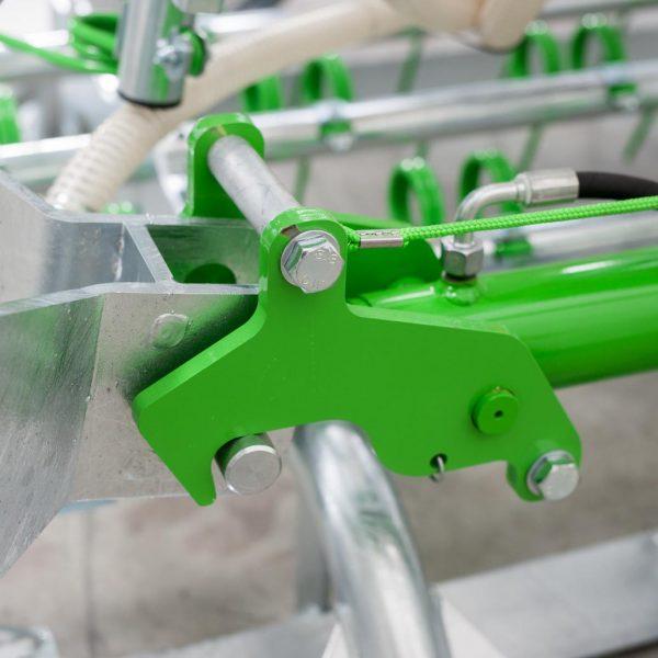 Zocon Greenkeeper. Leverbaar met verschillende opties zoals extra (brede) glijsloffen, frontbok, loopwiel enz. Neem voor informatie contact op met Zonderland Machinehandel of Zonderland Constructie; info@zocon.eu